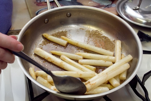 Mixing the white asparagus with balsamic vinaigrette